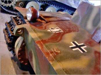 Вид на верхнюю бронеплиту передней части корпуса Pz.Kpfw.I Ausf.F. Просматривается эмблема 3 тд и национальный идентификационный знак — «балочный крест».