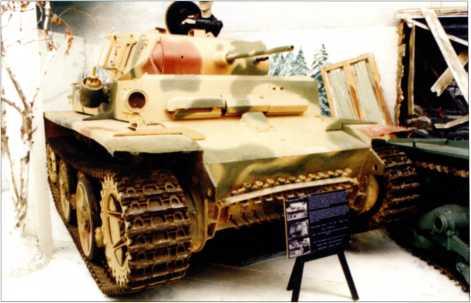 Разведывательный танк Pz.Kpfw.II Ausf.L «Лухс» из экспозиции британского танкового музея, расположенного вблизи населенного пункта Бовингтон. Эта машина в удовлетворительном состоянии, однако тактические и идентификационные обозначения отсутствуют. 2001 год.
