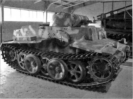 Танк поддержки пехоты Pz.Kpfw.I Ausf.F. Фото с правого борта. Хорошо видно конструкцию ходовой части: пять опорных катков в два ряда на борт, ведущее колесо переднего расположения. Кубинка, 2009 год.