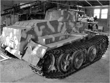 Вид танка поддержки пехоты Pz.Kpfw.l Ausf.F сзади. Ходовая часть, разработанная по принципиальной схеме инженера Кникампа, напоминала аналогичные конструкции для танков «Тигр» и «Пантера». На фотографиях следующей страницы представлена башня танка Pz.Kpfw.l Ausf.F. Основная конструкция была цилиндрической
