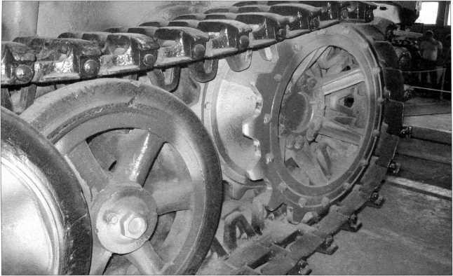 Фотографии ходовой части танка поддержки пехоты Pz.Kpfw.l Ausf.F. Хорошо видны конструкции ведущего колеса и ленивца. На последующих страницах представлены фотоснимки опорных катков и гусениц (ширина траков 540 мм) этой боевой машины. Фотографии 2009 года.