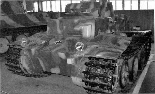 Различные виды бронебашни танка Pz.Kpfw.l Ausf.F. Два 7,92-мм пулемета MG 34 устанавливались в общей маске с толщиной брони 80 мм. Стволы пулеметов (здесь их имитируют стальные трубки) прикрывались броневыми кожухами. Вертикальный угол наведения пулеметов составлял от -10° до +20°. Фотографии 2009 года.