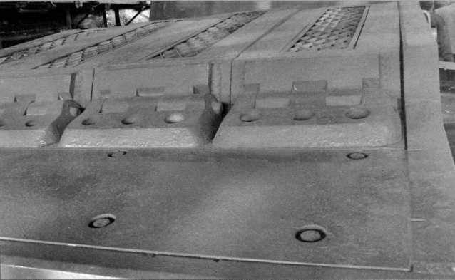 Снимки конструктивного устройства заднего крыла танка Pz.Kpfw.I Ausf.F (там же расположен ящик ЗиП) и надмоторной плиты двигателя «Майбах» HL 45Р. Мощность этого бензинового, карбюраторного, 6-цилиндрового агрегата составляла 150 л.с. Ниже — бортовой люк танка в открытом положении. Фотографии 2009 года.