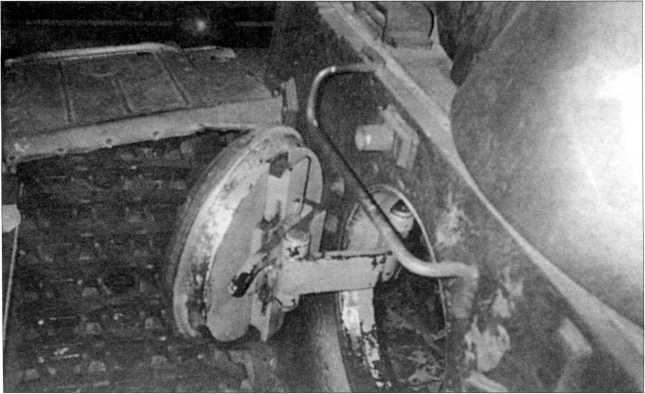 Башня танка Pz.Kpfw.I Ausf.F, снятая с различных ракурсов. На фото хорошо видны открытый башенный люк командира машины, окруженный пятью призматическими смотровыми приборами наблюдения, защищенными бронекожухами. Также показан открытым один из двух бортовых люков танка. Кубинка, 2009 год.