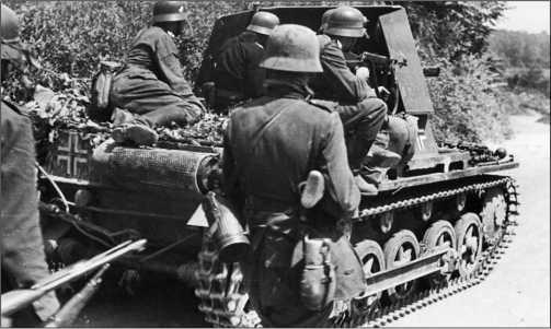 САУ Panzerjager I из состава 521-го противотанкового дивизиона ведет бой на территории Бельгии. Май 1940 года.