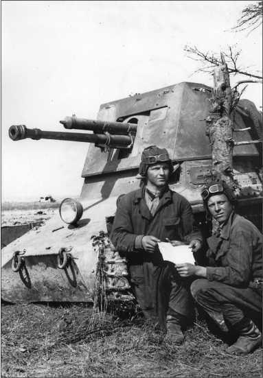 Механик-водитель Якименко и наводчик Протазанов у трофейной самоходной пушки. Западный фронт, 1942 год.