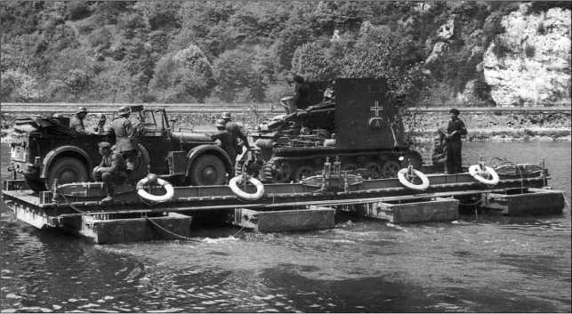 Переправа САУ sIG 33 Sfl. через р. Маас. 705-я рота тяжелых пехотных орудий, 13 мая 1940 года.