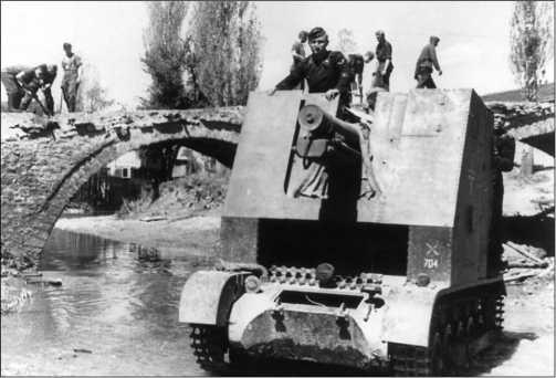 150-мм САУ из состава 704-й роты тяжелых пехотных орудий вброд форсирует водную преграду. Греция, 1941 год.