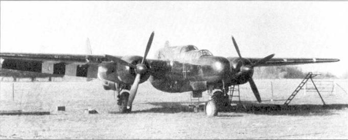 P-61А из 422 NFS, Скоуртон, Великобритания. Машина целиком окрашена в блестящий черный цвет, на нижних поверхностях плоскостей крыла и хвостовых балок нанесены полосы вторжения. Самолеты только двух ночных истребительных эскадрилий, 422 и 425-й NFS, несли полосы вторжения.