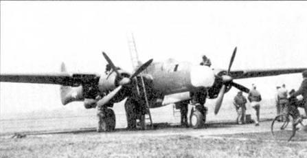 Техники использовали неслабую лестницу, чтобы залезть на плоскость крыла истребителя P-61A из 422 NFS. Аэродром Скоуртон, Великобритания, лето 1944г.