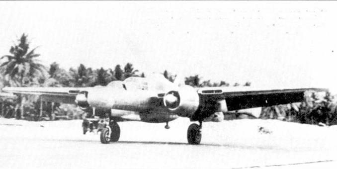 P-61A командира 13-го истребительного командования генерала Эрли Барниса был неокрашенным. Вместо турели установлен топливный бак от бомбардировщика В-24, в нижней части фюзеляжа виден каплеоб разный обтекатель антенны автоматического радиокомпаса.