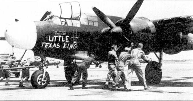Наземный персонал закатывает истребитель P-61B-20 серийный номер 43-8275 «LITTLE TEXAS KING» ни стоянку аэродрома Митчелл-Филд, шт. Нью-Йорк. Самолет принадлежит 52-й всепогодной истребительной группе. Самолеты 52-й группы имели белые носы фюзеляжей и белые полосы вокруг хвостовых балок. Ни один истребитель 52 F(AW)G не был оснащен фюзеляжной пулеметной турелью.