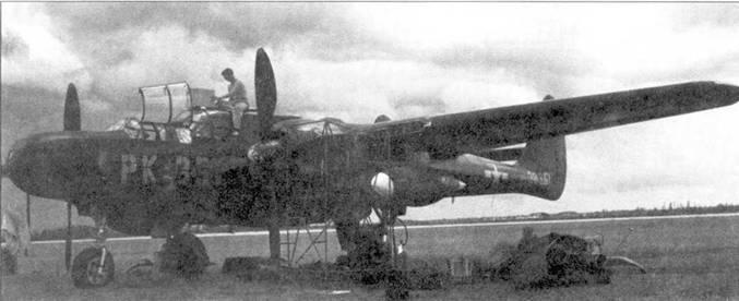 Очень незначительное количество истребителей P-61C поступило на вооружение строевых частей USAAF или USAF. На снимке — P-61С серийный номер 43-8351 из 325-й истребительной всепогодной эскадрильи, аэродром Гамильтон-Филд. Самолеты P-61C поставлялись с фюзеляжными пулеметными турелями, но в 1948г. все турели в целях снижения массы самолета демонтировали.