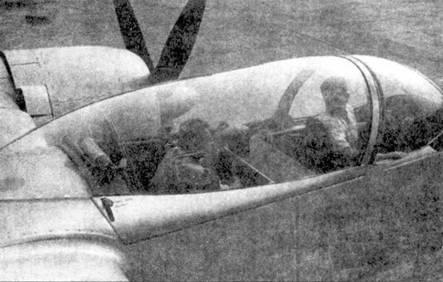 Крупный план каплеобразного фонаря кабины самолета XF-15A. В кабине — Айра Уильямс (слева) и Джэйли Йорк (справа).
