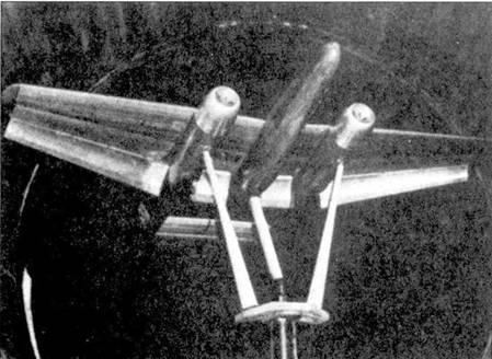 Деревянная модель самолета в масштабе 1:8 на продувке в аэродинамической трубе. Модель оснащена закрылками типа Zap, по типу использовавшихся на самолете Воут/ Сикорский OS2U «Кингфишер».