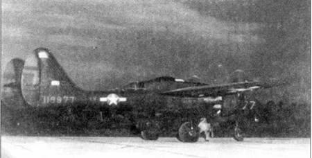 Самолет YP-61 серийный номер 41-18877 из 481 NFOTG сфотографирован перед взлетом, экипажу предстоит ночной истребительный полет. Обратите внимание на языки пламени, которые выбиваются из-под створок мотогондолы. Этот снимок использовался для обучения летного состава идентификации самолетов P-61B темное время суток по выхлопам двигателей.