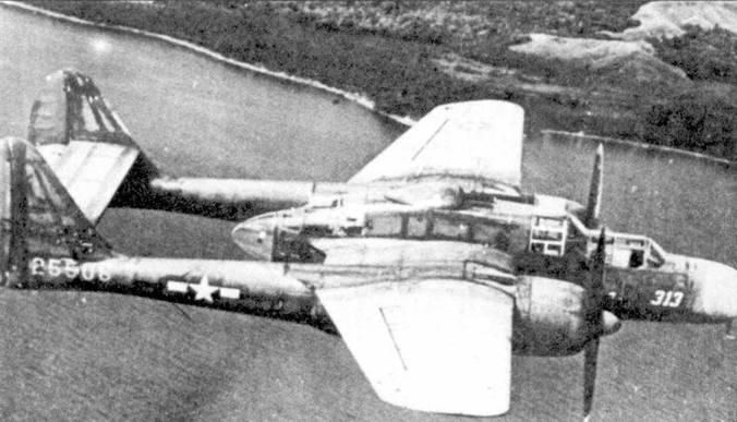 Истребитель P-61A серийный номер 42-5508 из 419 NFS в полете над Гуадалканалом, лето 1944г. 419-я эскадрилья второй ни Тихом океане была перевооружена на самолеты P-61A. Дожди, жара, агрессивный соленый морской воздух, пыль и песок приводили к быстрому облезанию краски с самолетов.