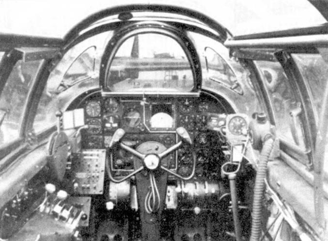 Кабина летчики ночного истребителя P-61А. Пустое пространство в центре приборной доски должен занимать индикатор РЛС. Плоская лобовая панель козырька фонаря кабины сделана из бронестекла.