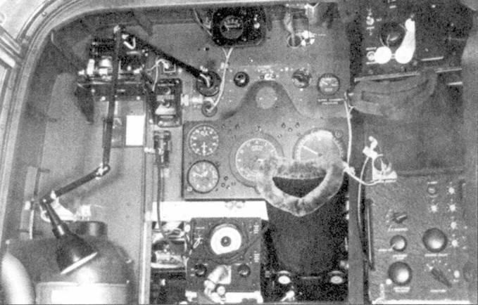 Рабочее место оператора РЛС ночного истребителя P-61A. Обратите внимание на резиновый тубус, установленный на индикатор РЛС.