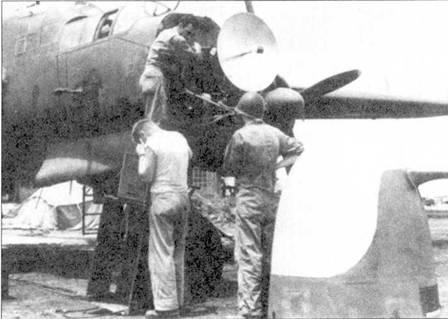 Техническое обслуживание РЛС SCR-720, Сайпан, июль 1944г. Обтекатель РЛС изготовлен из стеклоткани, в данном случае обтекатель не окрашен.