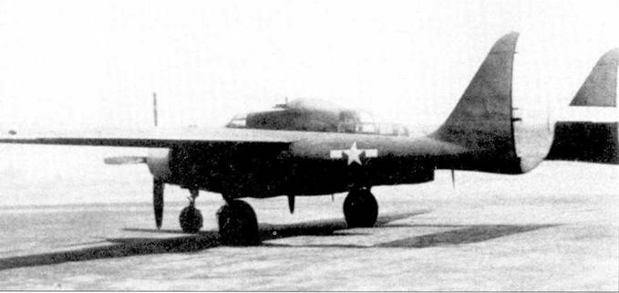 Истребитель P-61A серийный номер 42-5488 на аэродроме Нортроп-Филд. Бортовой номер машины «720», она использовалась фирмой Нортроп для летных экспериментов — капоты двигателей и рули направления окрашены в желтый цвет. На фюзеляже установлена штатная четырехпулеметная турель Дженерал Электрик А-4.