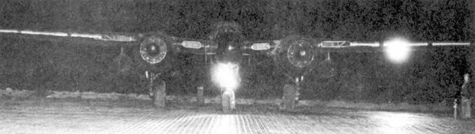 Посадочная фара на стойке носовой опоры шасси — еще одно отличие P-61B от P-61A.