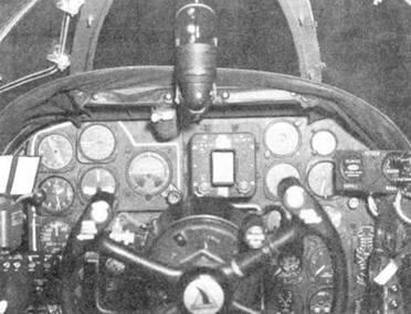 Приборная доски летчика истребителя P-61В. Небольшой прямоугольник в центре приборной доски — индикатор РЛС, над приборной доской установлен оптический прицел.