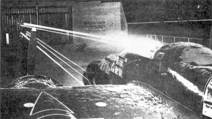 Пристрелка бортового вооружения истребителя P-61В. Пушки при установке юстировались так, чтобы точка схождения их трасс находилась на расстоянии 150м от самолета, точка схождения трасс пулеметов турели — 300м.