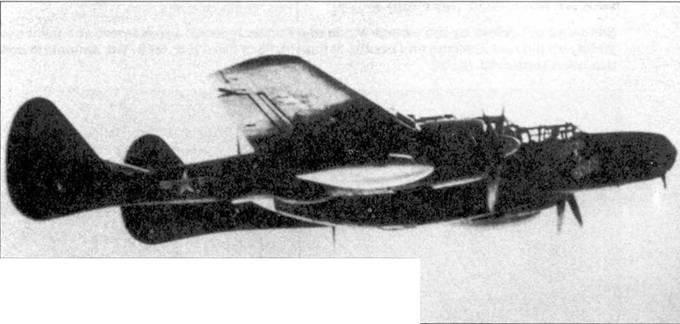 Истребитель P-61В «BLIND DATE» лейтенанта Грина из 549 NFS в полете над Иводзимой, 1945г. Это предсерийный P-61B-15, самолет оснащен фюзеляжной пулеметной турелью и подкрыльевыми пилонами для подвески сбрасываемых топливных баков и бомб.