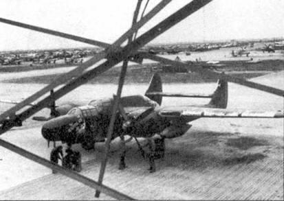 Возможно глянцевая черная окраски «Блэк Уидоу» действительно была эффективна. Поначалу. Краска облезала с самолетов ударными темпами, в первую очередь с передних кромок крыла и оперения. Присмотритесь к левой плоскости крыла этого P-61В из 414 NFS. Самолет имеет собственное имя «THE BEAUTIFUL ASS» («Прекрасная задница»). Первый P-61B 414-я ночная истребительная эскадрилья получила в декабре 1944г.