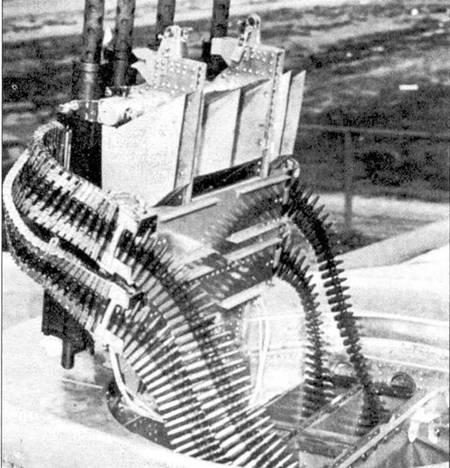 Дистанционно управляемая турель Дженерал Электрик А-4 была вооружена четырьмя пулеметами Браунинг М2 калибра 12,7 мм. На снимке — колпак с турели снят, а пулеметы подняты на максимальный угол возвышения.