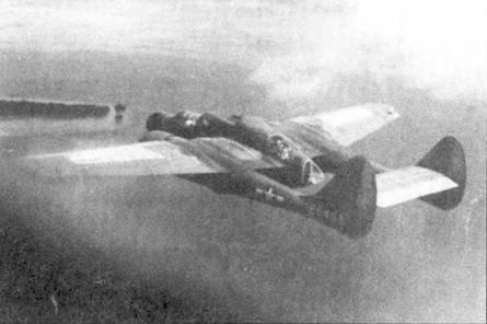 P-61А бортовой номер «421» из 421 NFS в полете над островом Таклобен. Идентификационными знаками отличия самолетов 421 NFS являлись небольшая желтая цифра «3» на вертикальном оперении и желтые полосы вокруг хвостовых балок.