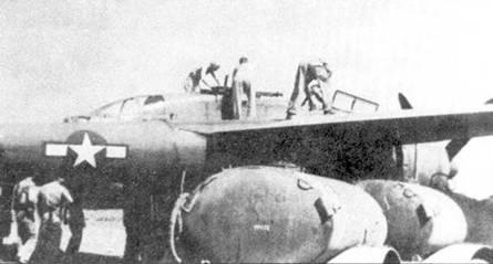 Оружейники из 6 NFS устанавливают пулеметы на самолет «Jap Batty», Кагман Пойнт Филд, Сайпан. Пулеметы ставились фиксировано, поверх них монтировался колпак от стандартной турели, внешне доработанные таким образом истребители не отличались от серийных P-61A, оснащенных турелями А-4.