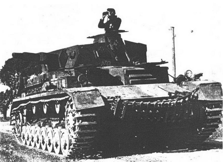 Pz.IV Ausf.D, 6-я <a href='https://arsenal-info.ru/b/book/1627328415/38' target='_self'>танковая дивизия</a>, лето 1941 года. К началу операции «Барбаросса» машины ранних выпусков приобрели черты, характерные для более поздних моделей —ящик для снаряжения на корме башни и гусеничные траки на лобовой броне корпуса.