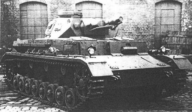 Pz.IV Ausf.E во дворе завода. Обращают на себя внимание 30-мм накладная броня корпуса и отбойник для отгибания антенны под стволом орудия.