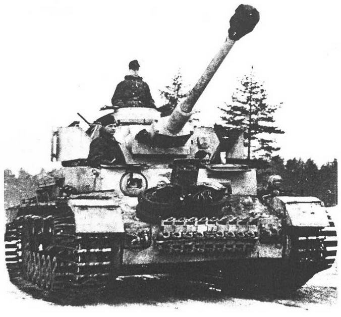 Pz.IV Ausf.G поздних выпусков. Об этом можно судить по приваренной дополнительной лобовой броне, противокумуляпшвным экранам и способу крепления запасных траков. Машина, однако, имеет двустворчатую крышку командирского люка. Бортовые экраны отсутствуют по причине установки «восточных гусениц» с насадками-уширителями. Крепление запасных катков на лобовой броне — нештатное. Танк из состава моторизованной дивизии «Фельдхернхалле (Feldherrnlmlle), Восточный фронт, зима 1943/1944 года.