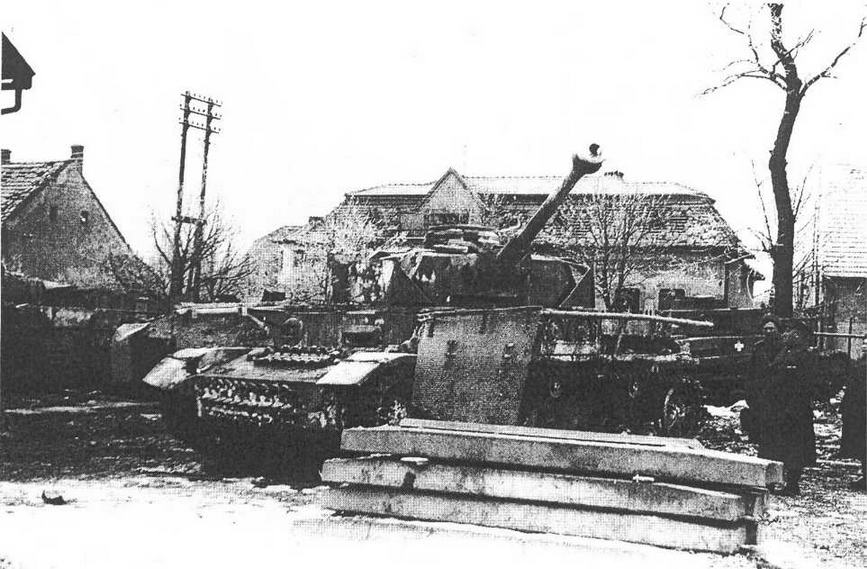 """Pz.IV Ausf J, захваченный в г. Тата. Венгрия, март 1945 года. На машине установлены сетчатые бортовые экраны """"типа Тома"""". (Thoma Schurzen)."""