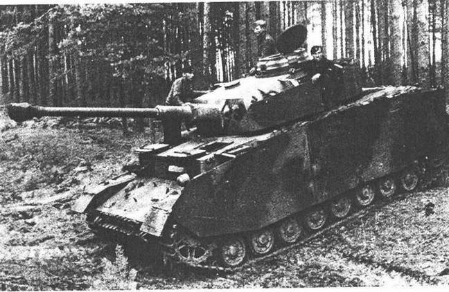 Pz.IV Ausf.J ранних выпусков. Почти полное внешнее соответствие модификации Н (единственное отличие — отсутствие бортового <a href='https://arsenal-info.ru/b/book/1318254746/282' target='_self'>прибора наблюдения</a> механика-водителя), Восточный фронт, 1944 год.