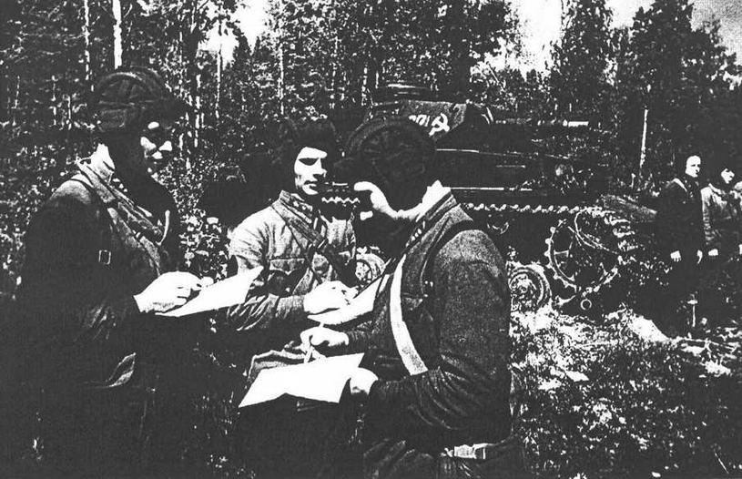 Постановка задачи в подразделении трофейных танков. На втором плане Pz.IV Ausf.FI. 107-й отдельный <a href='https://arsenal-info.ru/b/book/348132256/10' target='_self'>танковый батальон</a>, 8-я армия, Волховский фронт, 6 июля 1942 года.
