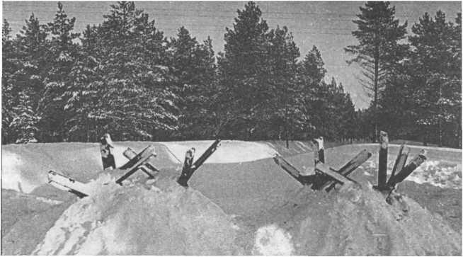 Дороги перегораживались металлическими «ежами», которые для маскировки присыпались снегом.