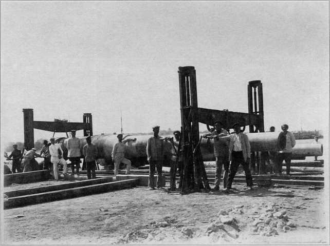 Перевозка стволов артиллерийских орудий при демонтаже старых линейных кораблей Черноморского флота (РГВА).