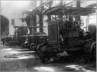 Трактора 40 НР и 75 НР в цеху завода(ГОЗ «Обуховский завод»).