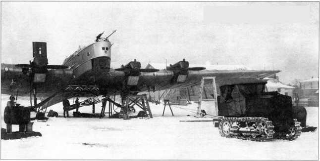 Подвеска бомбы под самолет ТБ-3 трактором «Большевик» (РГВА).