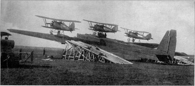 Трактор «Коммунар» первой партии серии 9Г использовался для установки самолетов системы«Звено За» (РГВА).