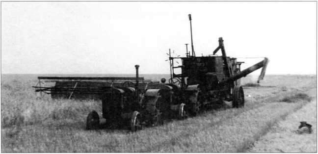 Буксировка прицепного комбайна двойной тягой тракторов СХТЗ-15/30(архив автора).