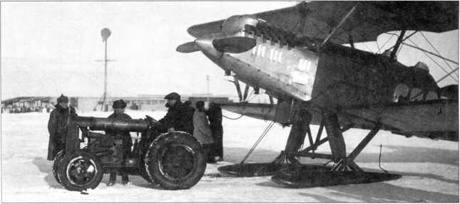 Вывоз самолета Р-5 колесным тягачом ФП(верхний фотоснимок предоставилГ. Петров, нижний — РГДЭ).