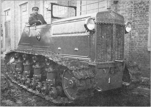 Б.И. Воронков на тракторе«Коминтерн» №1(архив автора).