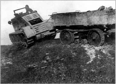 Трактор «Коминтерн» №2 движется по косогору с нагрузкой в 3,5т(РГВА).