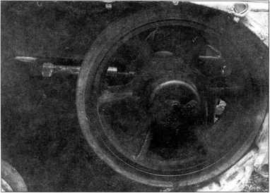 Вид направляющего колеса с натяжным приспособлением для гусеницы (РГВА).