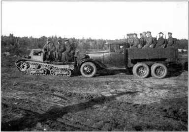 Отряд разведки артиллерийского полка на тракторе «Комсомолец» первой серии и трехосном полуторатонном грузовике (РГВА).